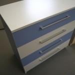 melsvos ir baltos spalvos 4 stalčių akcijinė komoda