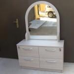 miegamojo komoda su veidrodžiu