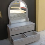 miegamojo komoda su veidrodžiu atvirais apatiniais stalčiais