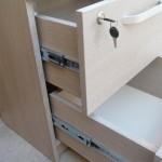 miegamojo komodos su veidrodžiu atvertas stalčius su užraktu iš arčiau