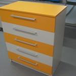 oranžinė 5 stalčių akcijinė komoda