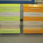 oranžinė ir žalsva 5 stalčių akcijinės komodos su atvirais apatiniais stalčiais