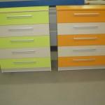 oranžinės ir žalsvos spalvų akcijinės 5 stalčių komodos