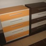 oranžinės ir rudos spalvos 5 stalčių akcijinės komodos