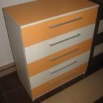 oranžinės spalvos 5 stalčių akcijinė komoda