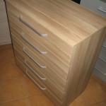 penkių stalčių rudos spalvos dryžuotu raštu akcijinė komoda