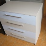 pilkos ir melsvos spalvos akcijinė 4 stalčių komoda jaunuoliui