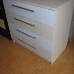 pilkos ir melsvos spalvos akcijinė keturių stalčių komoda