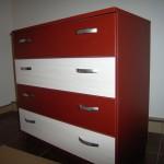 raudona keturių stalčių akcijinė komoda su dviem baltais stalčiais