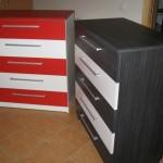 raudonos ir juodos spalvos penkių stalčių akcijinės jaunuolio komodos
