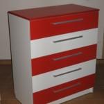 raudonos spalvos penkių stalčių akcijinė komoda