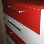 raudonos spalvos penkių stalčių akcijinė komoda iš arčiau