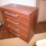 rausvos spalvos akcijinė 4 stalčių biuro komoda su ryškia tekstūra