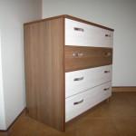 ruda akcijinė jaunuolio kambario komoda su trim baltais stalčiais