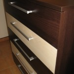 ruda akcijinė penketos stalčių komoda su  dvejais balsvais stalčiais iš arčiau