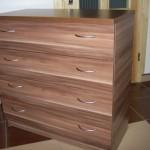 ruda dryžuotu raštu akcijinė 4 stalčių biuro komoda