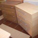 ruda ir šviesiai ruda akcijinės prieškambario komodos ketveriais stalčiais