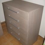 rudai pilkos spalvos akcijinė 5 stalčių komoda