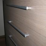 rudai pilkos spalvos akcijinės 5 stalčių komodos stalčiai iš arčiau