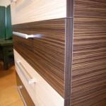 rudos akcijinės keturių stalčių jaunuolio komodos tekstūra iš arti