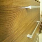 rudos akcijinės penketos stalčių komodos raštas ir rankenėlės iš arčiau