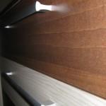 rudos akcijinės penkių stalčių jaunuolio komodos rudo ir balto stalčių tekstūros iš arti