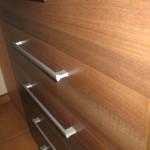 rudos penkių stalčių akcijinės prieškambario komodos stalčiai iš arčiau