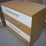 rudos spalvos akcijinė 4 stalčių komoda su dviem baltais stalčiais