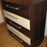 rudos spalvos akcijinė penketos stalčių komoda su  dvejais balsvais stalčiais