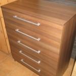 rudos spalvos penkių stalčių akcijinė komoda