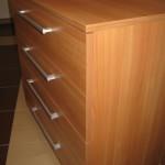 rusvos ketverių stalčių akcijinės virtuvės komodos šonas ir stalčiai iš arčiau