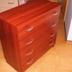 ryškiai raudona 4 stalčių akcijinė miegamojo komoda