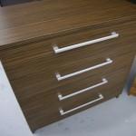 tamsiai ruda akcijinė 5 stalčių virtuvės komoda su ryškia tekstūra