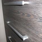tamsiai ruda dryžuota 5 stalčių akcijinė komoda iš arčiau