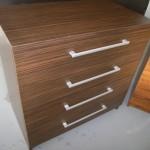 tamsiai ruda dryžuotu raštu 4 stalčių akcijinė miegamojo komoda