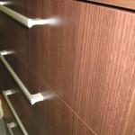 tamsiai ruda penkeriais stalčiais akcijinė komoda iš arčiau