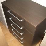 tamsiai ruda penkių stalčių akcijinė komoda biurui