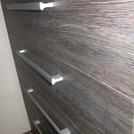 tamsiai rudos į juodumą 5 stalčių akcijinės miegamojo komodos stalčių raštas