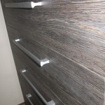 tamsiai rudos į juodumą akcijinės virtuvės komodos stalčiai