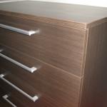 tamsiai rudos 5 stalčių akcijinės miegamojo komodos stalčių raštas iš arčiau