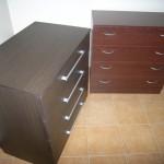 tamsiai rudos spalvos ir rausvos spalvos akcijinės 4 stalčių komodos