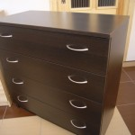 tamsiai rudos spalvos keturių stalčių akcijinė miegamojo komoda