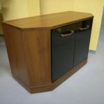 televizoriaus komoda su 2 juodomis stiklinėmis durelėmis