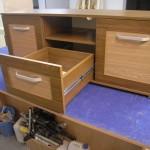 trijų stalčių televizoriaus komoda su lentyna per vidurį