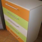 trispalvė penkerių stalčių akcijinė komoda