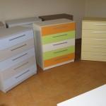 trys spalvingos akcijinės 5 stalčių komodos