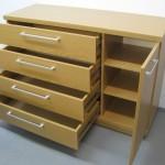 šviesiai rudos 4 stalčių su durelėmis komodos praviros durelės ir stalčiai