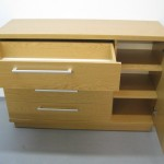 šviesiai rudos 4 stalčių su durelėmis komodos praviros durelės ir stalčius