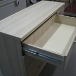 balsvai dryžuotos 4 stalčių su durelėmis komodos atviras stalčius