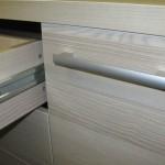 balsvai dryžuotos 4 stalčių su durelėmis komodos rankenėlė